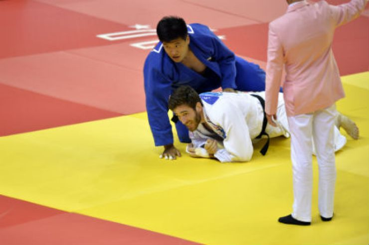 Cho Gu-ham of Korea competes against Clement Delvert of France during their 2015 Gwangju Universiade men's judo - 100 kilogram final at the Yeomju Bitgoeul Gymnasium in centeral Gwangju, Saturday. Cho beat Delvert and gave Korea the first gold at the Gwangju event. / Korea Times photo by Shim Hyun-chul