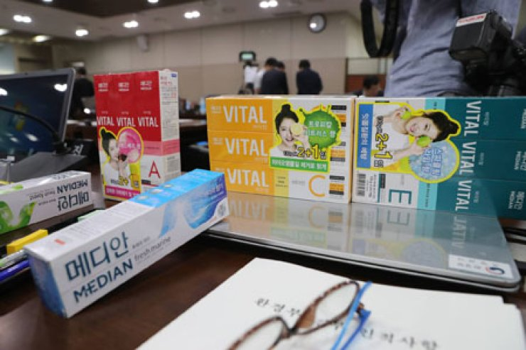 AmorePacific toothpastes are placed on the desk of Rep. Lee Jung-mi of the Justice Party, who revealed during the parliamentary audit on Tuesday that they contain the same chemicals used in the toxic humidifier sterilizers.  / Yonhap