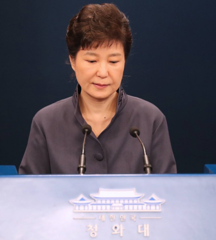 President Park Geun-hye makes a public apology Tuesday for the leak of official documents to a confidant, who has no position in her administration. / Yonhap