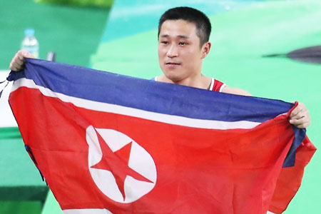 North Korean gymnast Ri Se-gwang won a gold medal in the men's vault Monday with a self-invented jumping technique that bears his name, scoring 15.616 and 15.766 in the first and second rounds. It was the North's second gold medal. / Yonhap