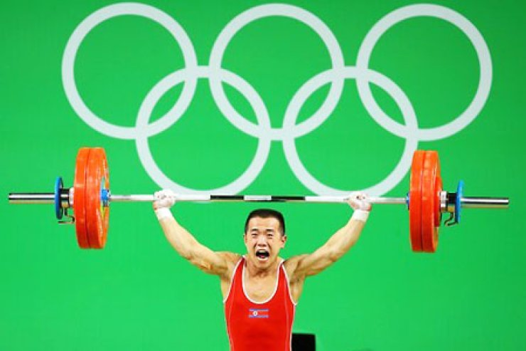 North Korean weightlifter Om Yun-chol won the silver medal with a total of 303kg Riocentro Pavilion 2 in Rio de Janeiro, delivering North Korea's first medal at the Rio Olympic Games.  / Yonhap