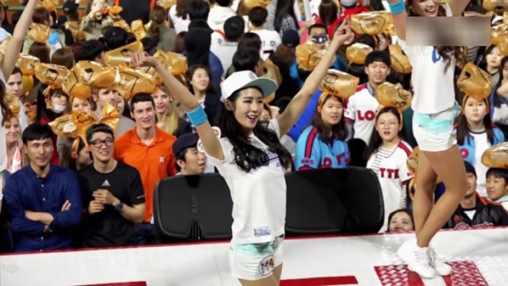 Park Ki-ryang performs as the audience looks on during a KBO match. / Courtesy of Naver blog