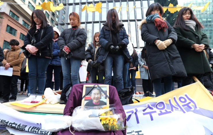Citizens pay silent tribute to sexual slavery victim, Park Suk-yi who died Tuesday, at the weekly Wednesday rally in front of the Japanese Embassy, central Seoul, Wednesday. / Yonhap