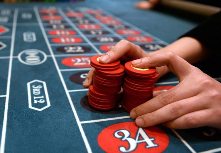 Jeju Island will intensify regulation of foreigner-only casinos. This 2013 picture shows a casino at Walker Hill Hotel in eastern Seoul. / Korea Times file