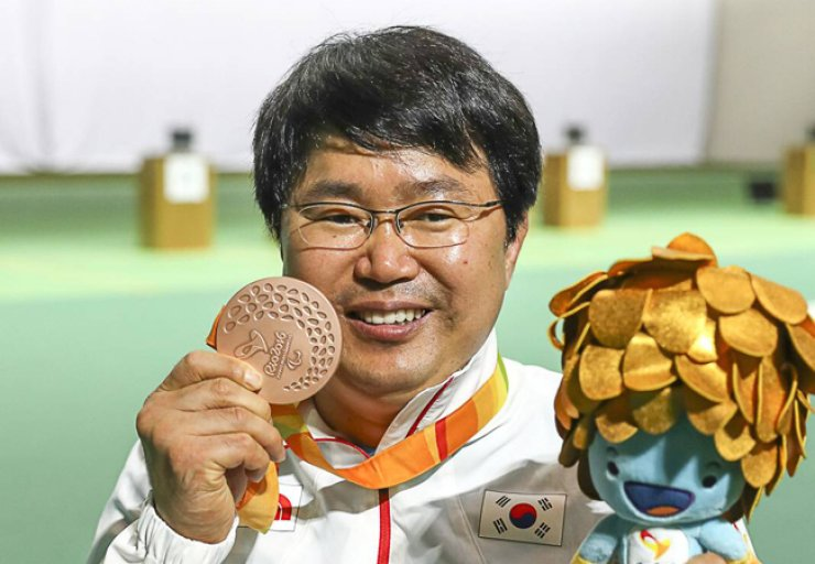 South Korea won three medals on day four of the Rio Paralympics. In the photo, shooter Lee Ju-hee shows his bronze medal in the mixed 25-pistol in the SH1 classification. / Yonhap