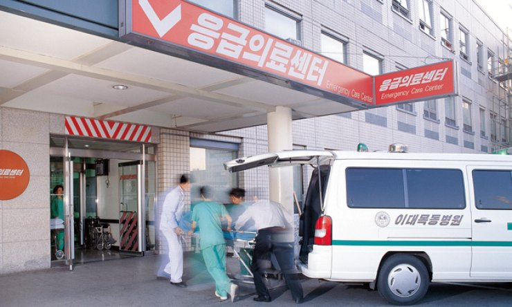 The Ministry of Health and Welfare is offering information about hospitals that will operate during the Lunar New Year holidays. / Korea Times file