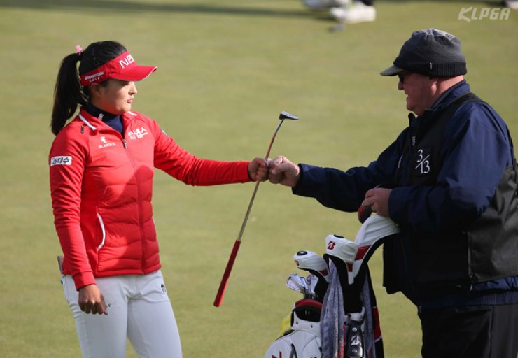 Golfer Ko Jin-young, left, celebrates with her caddie Dean Herden after making a birdie during this year's KLPGA ADT CAPS Championship held from Nov. 11 to 13. / Courtesy of KLPGA