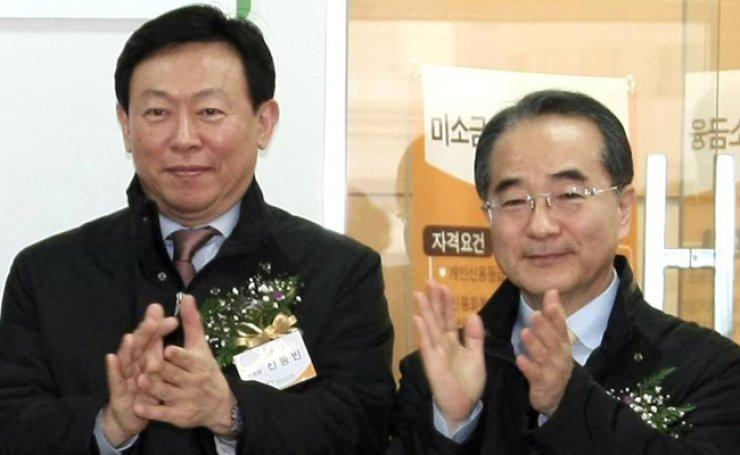 Lee In-won, right, the late Lotte Group vice chairman, stands next to the group's chairman, Shin Dong-bin, in this photo taken at the Lotte Insurance building in Seoul in December 2009. / Yonhap