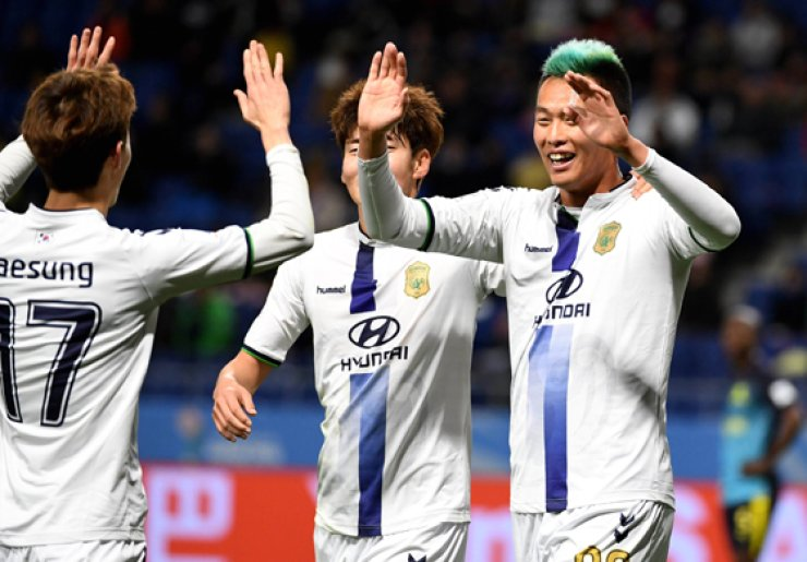 Jeonbuk Hyundai forward Kim Shin-wook, right, celebrates his goal with midfielder Lee Jae-sung, left, during the Club World Cup football fifth place match between South Africa's Mamelodi Sundowns and Korea's Jeonbuk Hyundai at Suita City stadium in Osaka on Dec. 14. / AFP-Yonhap