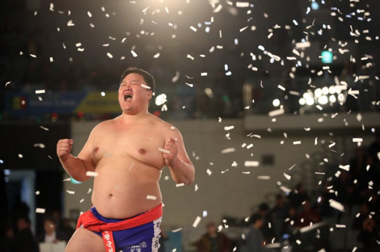 Jang Sung-bok celebrates after defeating Kim Jae-hwan during the final Cheonha Jangsa ssireum (Korean wrestling) match at this year's Korea Open Ssireum competition at Jangchung Gymnasium in Eastern Seoul,  Monday. / Yonhap