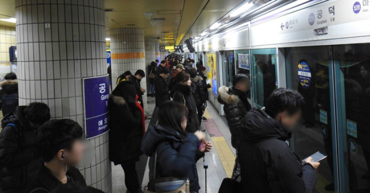 Seoul's public transportation services will extend their hours to meet demand during the Lunar New Year holidays. / Yonhap
