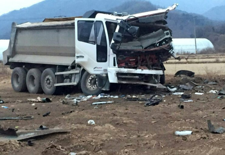 The front of the badly damaged truck, whose driver was killed. / Yonhap