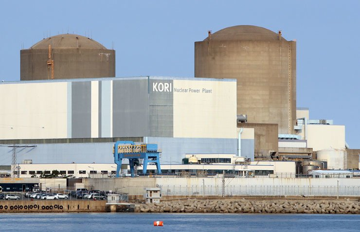The Kori 1 nuclear reactor in Gijang County in Busan, right, halted operations, Saturday. / Yonhap