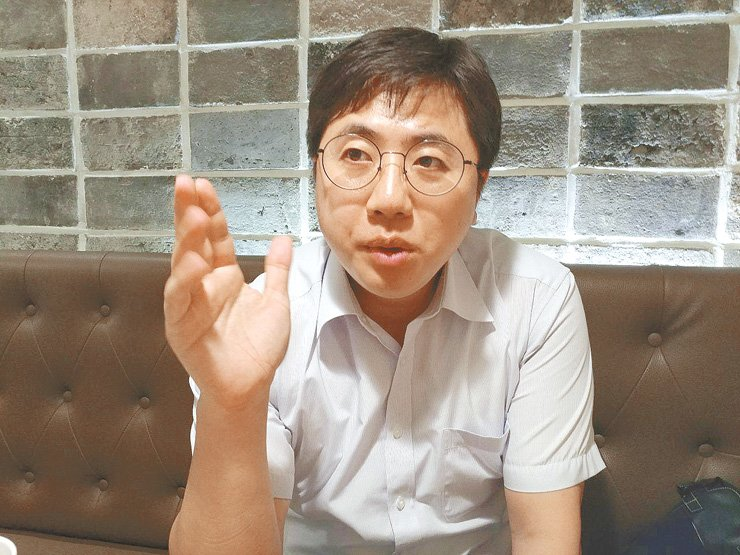 Lee Dong-hak, former renovation committee member of the ruling Democratic Party of Korea, speaks in an interview with The Korea Times. / Korea Times photo by Choi Ha-young