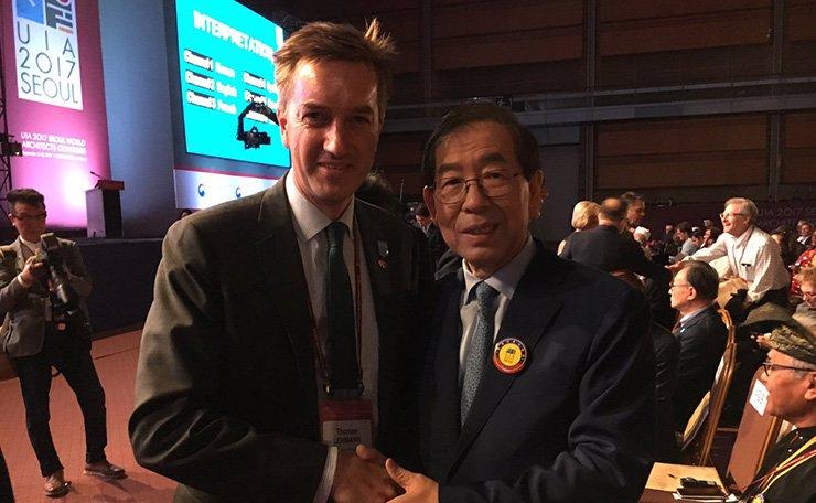 Danish Ambassador Thomas Lehmann, left, poses with Seoul Mayor Park Won-soon at an opening event of the UIA 2017 Seoul World Architects Congress in Seoul, Sept. 3. / Courtesy of Embassy of Denmark
