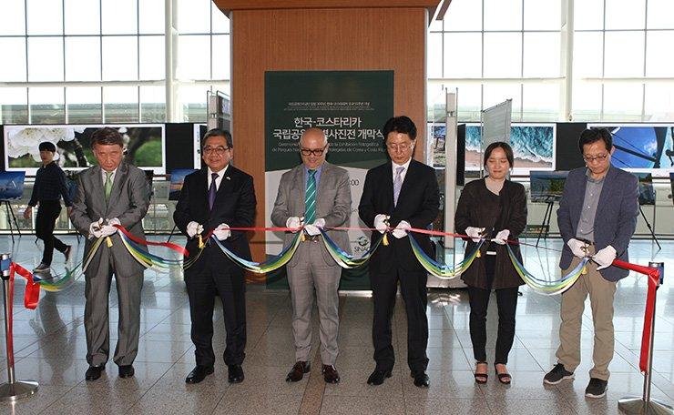 Ambassador of Costa Rica Rodolfo Solano Quiros, third from left, attends an opening ceremony of the Korea-Costa Rica National Parks and Protected Areas Photo Exhibition at Seoul Station, Sept. 12.  / Courtesy of Embassy of Costa Rica
