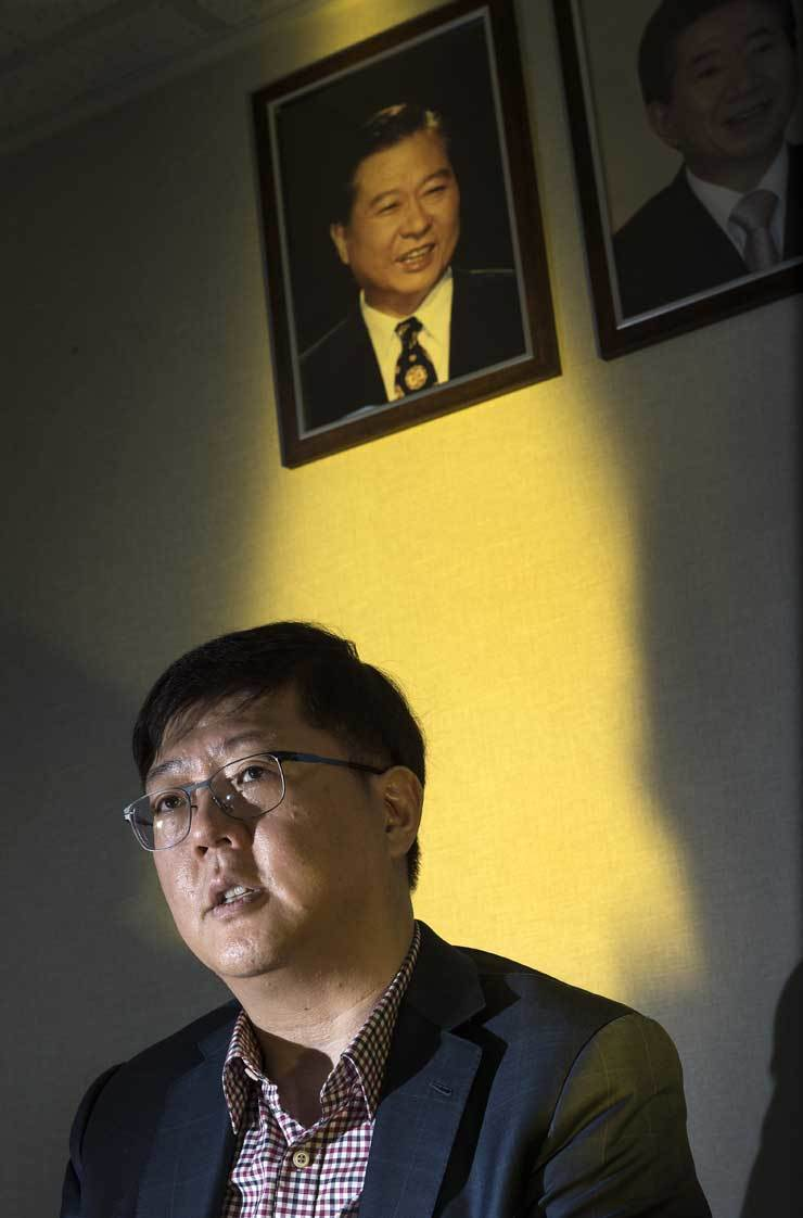 Kim Hong-gul, chairman the Committee for National Unity at the ruling Democratic Party of Korea, speaks in front of a portrait of his farther, the late President Kim Dae-jung, during an interview with The Korea Times at a party office, Thursday. / Korea Times photo by Shim Hyun-chul