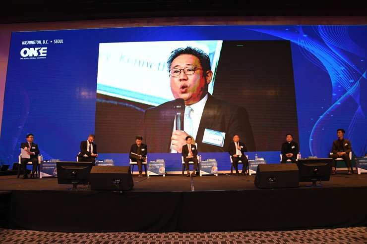 Kenneth Bae, the president of Nehemia Global Initiative, speaks during a session of the International Forum for One Korea in Seoul Dragon City, Thursday. From left are Ahn Chan-il, head of the World North Korea Research Center; Greg Scarlatoiu, executive director of the U.S. Committee for Human Rights in North Korea; Kang Young-sik, the secretary-general of humanitarian aid group Korean Sharing Movement (KSM); Lee Young-jong, the director at Unification Research Center of JoongAng Daily; Bae; Kim Hun-il, the secretary-general of Unitas; and Joo Hyun-lip, head of projects at the North Korea Service for Peace Foundation. / Courtesy of Global Peace Foundation