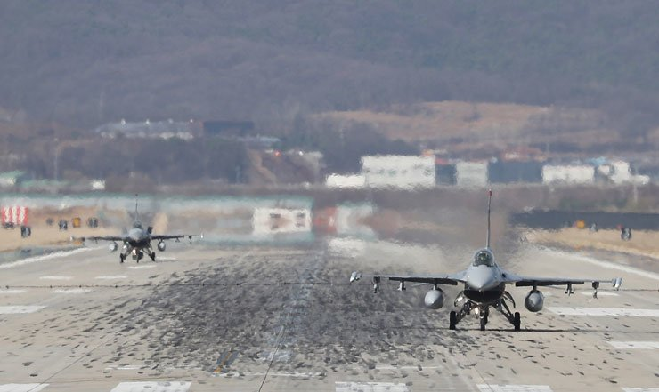 F-16 fighter jets land at the Osan air base in Gyeonggi Province, Monday. The defense ministry announced the same day that the annual US-ROK Key Resolve and Foal Eagle drills will begin on April 1, after the exercises were delayed for the PyeongChang Winter Olympics. /Yonhap