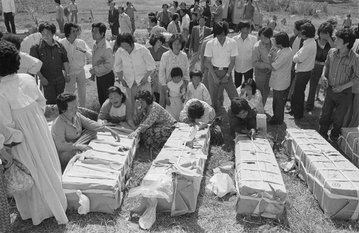 Protesters against the military junta of then Army general Chun Doo-hwan gather at a fountain in front of the provincial government building of South Jeolla Province in Gwangju, May 18, 1980, the day after he declared martial law. / Courtesy of the May 18 Memorial Foundation