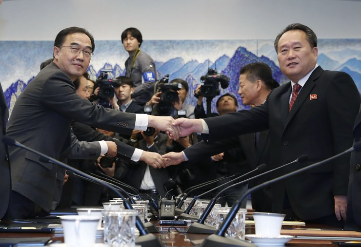 Unification Minister Cho Myoung-gyon, left, shake hands with his North Korean counterpart Ri Son-gwon, chairman of the Committee for the Peaceful Reunification of the Fatherland, before starting inter-Korean high-level talks at the Peace House on the South's side of the border village of Panmunjeom, Monday. Both sides reached a package of agreements to initiate inter-Korean reconciliatory projects. / Joint Press Corps