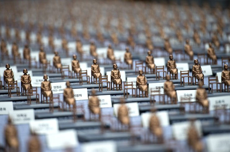 Five hundred miniature comfort woman statues are displayed in an exhibition at Cheonggye Plaza in central Seoul, Monday, marking the International Memorial Day for Comfort Women. The statues will be presented to people who donate 50,000 won or more. / Korea Times photo by Shim Hyun-chul
