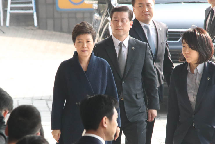 Former President Park Geun-hye leaves her home in Samseong-dong, southern Seoul, for questioning at the Seoul Central District Prosecutors' Office. / Yonhap