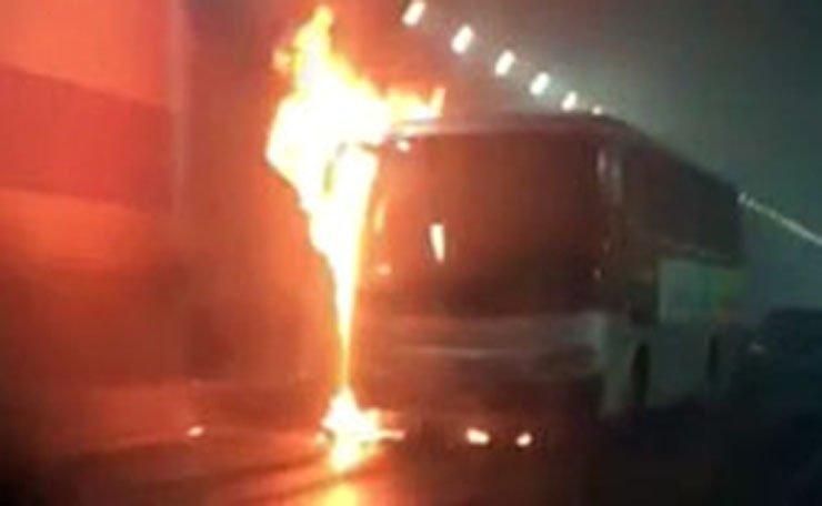 The burning bus in which 10 Korean kindergarten students died. / Yonhap
