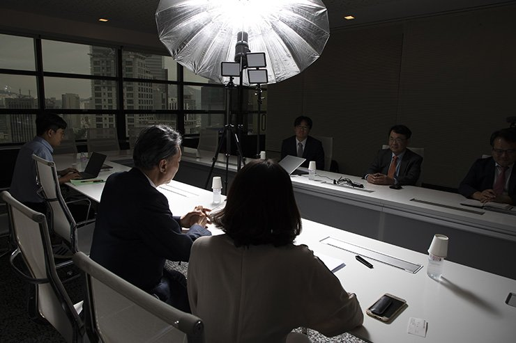 Former Japanese Prime Minister Yukio Hatoyama, second from left, conducts an exclusive interview with The Korea Times at the newspaper's headquarters in Seoul, Thursday. Korea Times photo by Choi Won-suk