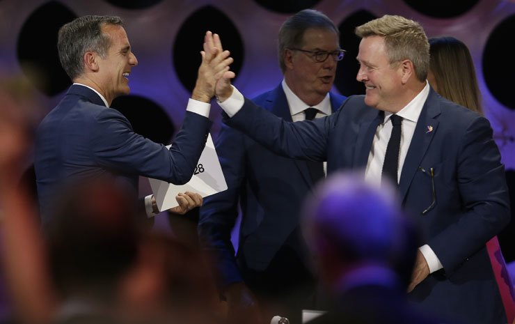 Los Angeles Mayor Eric Garcetti, left, celebrates with United States Olympic Committee Executive Officer Scott Blackmun at the end of the IOC session in Lima, Peru, Wednesday, Sept. 13, 2017. The International Olympic Committee voted to ratify Los Angeles as the host city of the 2028 Olympic and Paralympic Games and Paris as the host city of the 2024 Games. / AP-Yonhap