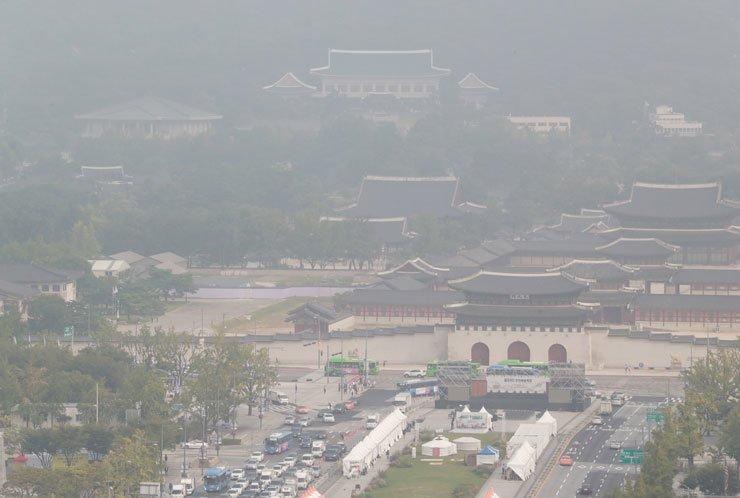 Foggy air contaminated with fine dust in Gwanghwamun, Seoul, Tuesday. / Yonhap