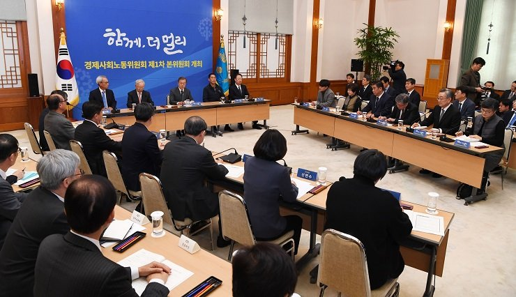 President Moon Jae-in presides over the first meeting of the Economic, Social and Labor Council (ESLC) at Cheong Wa Dae, last Nov. 28. The Korean Confederation Trade Union opted out of the organization at the time, but it will vote today on whether to join the government-led consultative body. Korea Times file