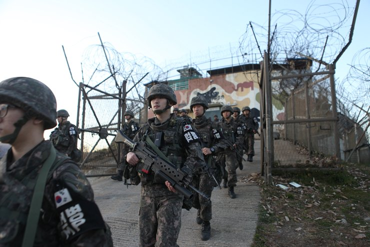 South Korean Army soldiers leave a guard post located in the inter-Korean border area, Friday. The two Koreas finished withdrawing firearms and troops from 11 guard posts on each side, Saturday. / Courtesy of Ministry of National Defense