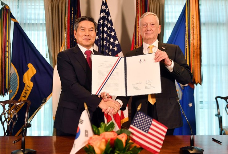 South Korean Defense Minister Jeong Kyeong-doo and his U.S. counterpart Jim Mattis pose after signing a joint defense agreement at this year's Security Consultative Meeting (SCM) at the Pentagon in Washington, D.C., Wednesday (local time). Courtesy of Ministry of National Defense