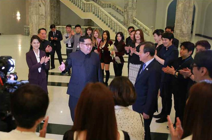 North Korean leader Kim Jong-un talks to South Korean musicians after their performance at the East Pyongyang Grand Theatre, Sunday. The South's performance troupe will leave Pyongyang today after a joint concert with North Korean musicians. / Yonhap