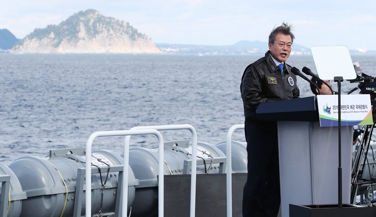 President Moon Jae-in delivers a speech while boarding the Navy's 4,900-ton Ilchulbong landing ship on the sidelines of the 2018 International Fleet Review at the nation's southern resort island of Jeju, Thursday. / Yonhap