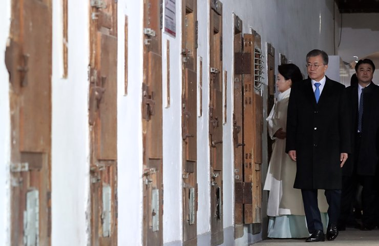 President Moon Jae-in holds a moment of silence while looking around cells at Seodaemun Prison in Seoul, Thursday. The prison was infamous for torturing Korean independence activists during the 1910-45 Japanese occupation. Yonhap
