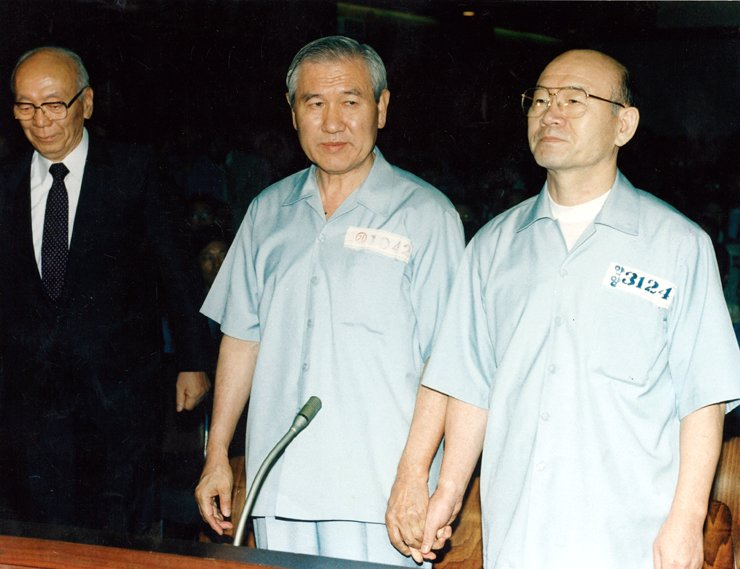 Roh Tae-woo and Chun Doo-hwan during their first trial on Aug. 26, 1996. / Korea Times file