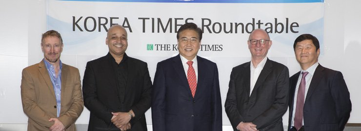 Park Jin, center, three-term lawmaker who headed the National Assembly's foreign affairs and unification committee and now chairman of the Korean-American Association, poses with a group of The Korea Times' columnists ― from left, Andrew Salmon; Casey Lartigue Jr.; Michael Breen and Chief Editorial Writer Oh Young-jin before starting the roundtable discussion on how to best handle the North Korea challenge at the Times in downtown Seoul, last week. Don Kirk, also a Times' columnist later joined the discussion as well. / Korea Times photo by Choi Won-suk