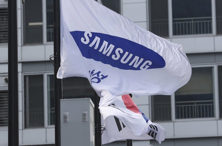 A Samsung flag flutters next to the South Korean national flag outside of Samsung's Seocho office building in Seoul, Friday, Aug. 25. A court ruled Friday in a bribery case against the billionaire heir to the Samsung empire that fed public anger leading to the ouster of Park Geun-hye as the nation's president. / AP Photo
