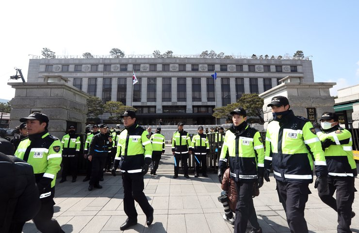 Police have already increased the number of officers guarding the Constitutional Court to thwart any attempt to disrupt the ruling. / Yonhap