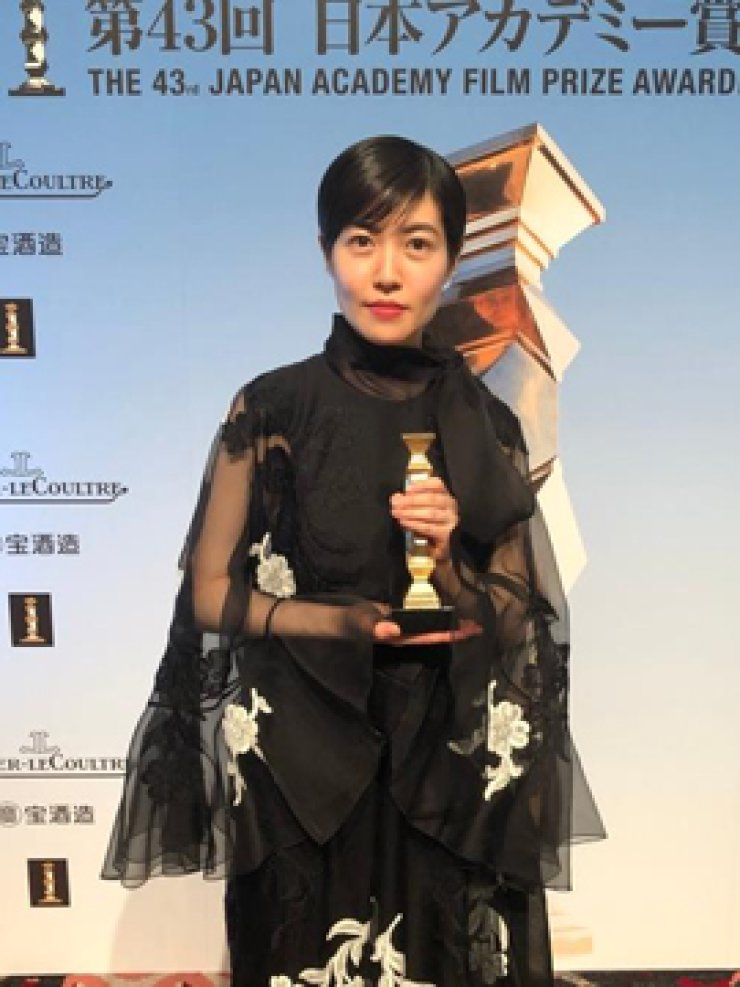In this photo captured from the Twitter account of the Japan Academy Film Prize Awards, South Korean actress Shim Eun-kyung poses after winning best actress for her performance in 'The Journalist' at the 43rd Japan Academy Film Prize Awards held in Tokyo on March 6, 2020. Yonhap
