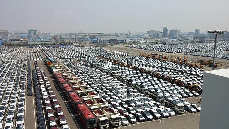 Automakers here shipped 219,313 cars overseas last month, rising sharply from a year earlier. Korea Times file