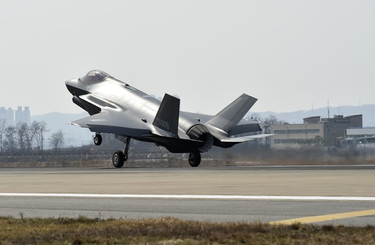 An F-35A, South Korea's first stealth fighter jet, arrives at a military base in Cheongju, North Chungcheong Province, Friday afternoon. Courtesy of Defense Acquisition Administration Program
