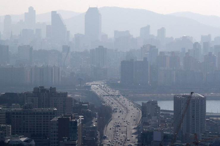 Seoul has seen a drastic increase in the level of ultra fine dust in January. Yonhap