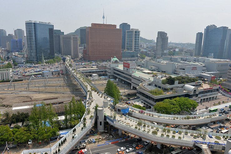 Pictured is the Seoul Road 7017 in front of Seoul Station, an overpass that is receiving the final touches for its opening set for May 20, 2017. / Yonhap