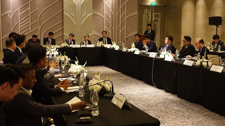 Korean business people speak during a conference hosted by Seoul's Ministry of Trade, Industry and Energy in Ahmedabad, Thursday (local time). Yonhap