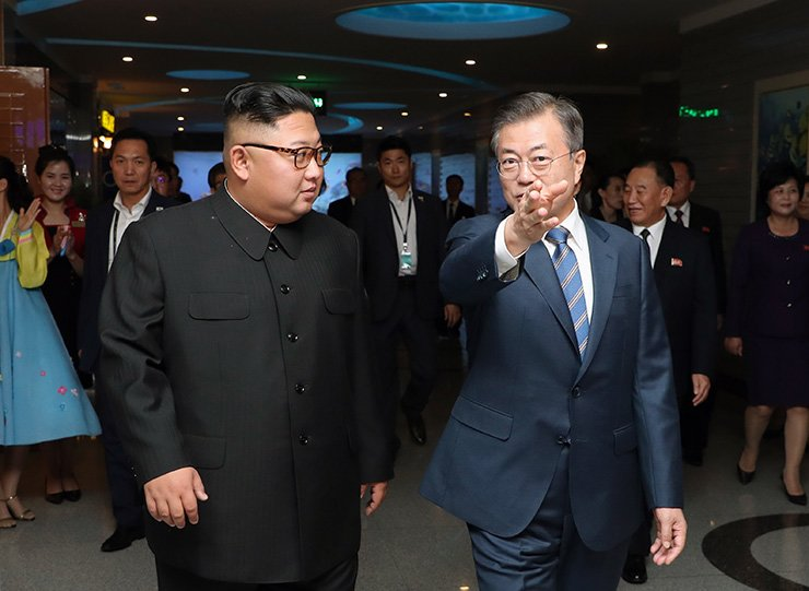South Korean President Moon Jae-in, right, and North Korean leader Kim Jong-un / Joint Press Corps