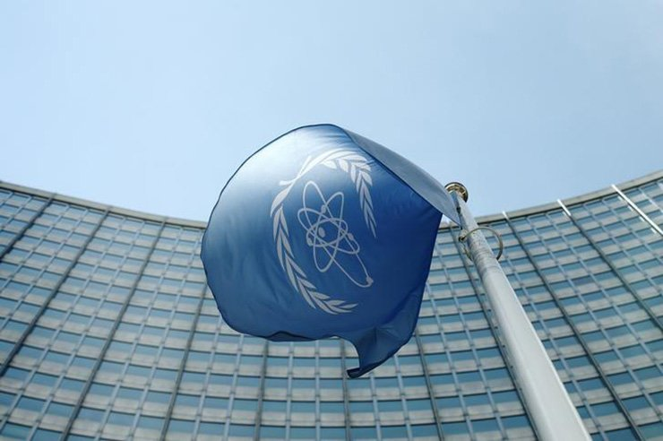 The flag of the International Atomic Energy Agency flies in front of its headquarters in Vienna, May 28, 2015. Reuters