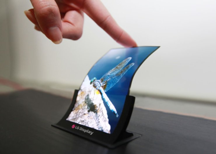 Shown avove is a 5-inch curved OLED TV that uses LG Display's technology. LG Display identified the OLED business as its next cash generator to beat the industry's cyclical patterns. / Korea Times file
